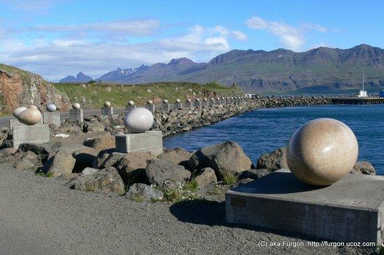 Eggin i Gledivik - набережная, оформленная каменными яйцами птиц, гнездящихся в Исландии