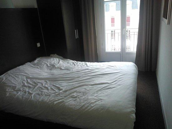 Hotel Florida Biarritz : Vue chambre en entrant
