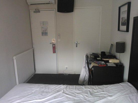 Hotel Florida Biarritz : Entrée chambre cue de l'intérieur