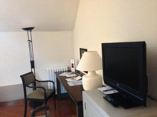 Parador de Turismo de La Granja: Pequeño televisor y escritorio con información
