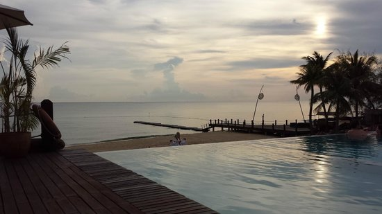 Chen Sea Resort & Spa Phu Quoc : view from pool over beach area