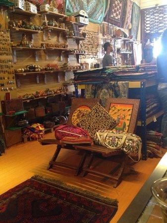 RazKashmir Crafts: 店内と店主