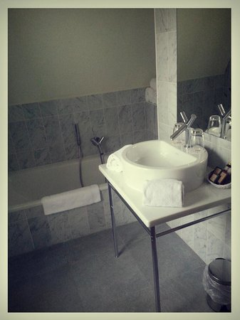 Relais Bourgondisch Cruyce - Luxe Worldwide Hotel : Nice clean bathroom, no high rise shower due to cieling slope