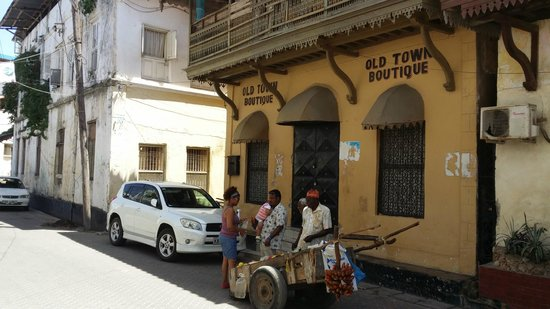 Old Town: Shopping red Banana