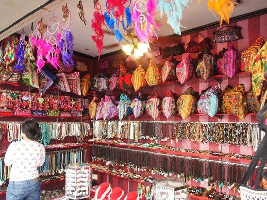 Baan Kata Maytha: местные лавки сувениров