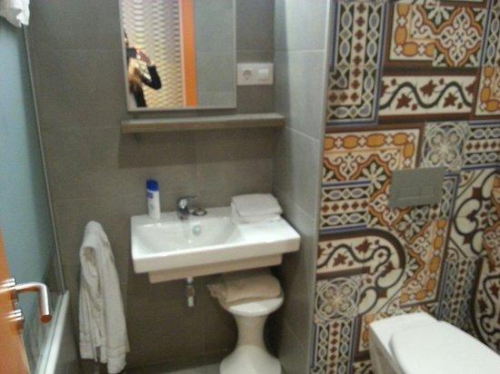 Generator Hostel Barcelona: Bagno privato