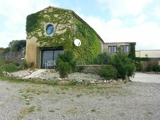 Domaine de Palatz: Room with curious window with view to the vineyards