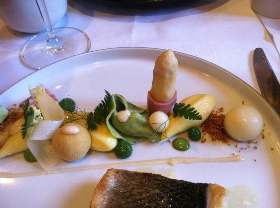 Het Gebaar: Suggestie van vis met structuren van asperges