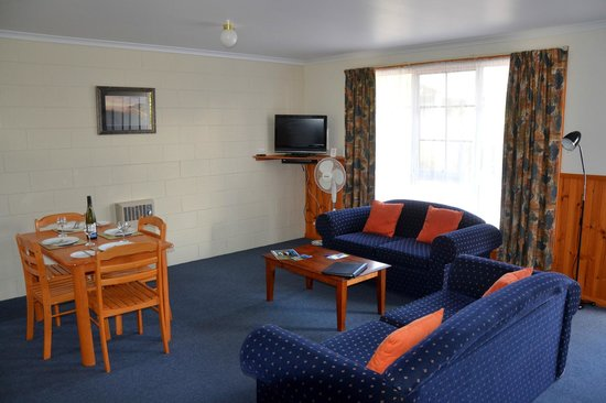 Castaway Holiday Apartments: Lounge with LCD TV
