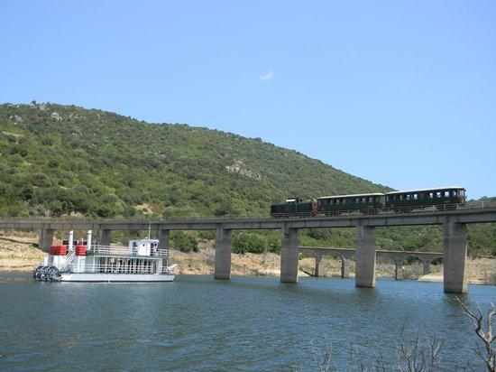 Assemini, Itálie: Escursione in Trenino Verde e Battello Sul lago Liscia