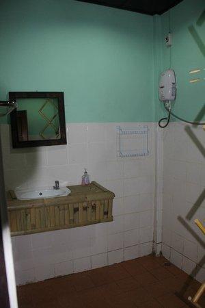 Papillon Bungalows: Regular AC bungalow - salle d'eau (lavabo et douche)