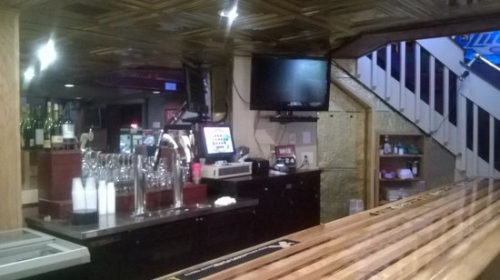 Y-Knot Sports Bar: Lower level bar