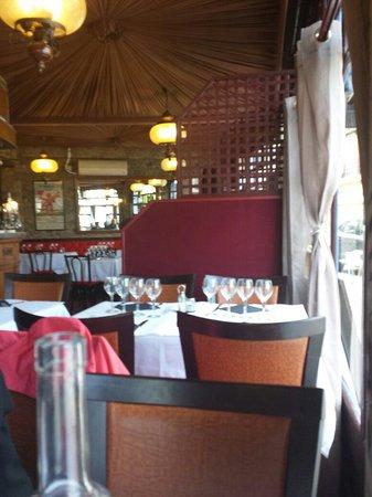 La Grilladine: Tissus au plafond bon positionnement des tables