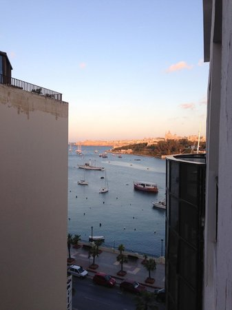 115 The Strand Hotel and Suites : Side sea view