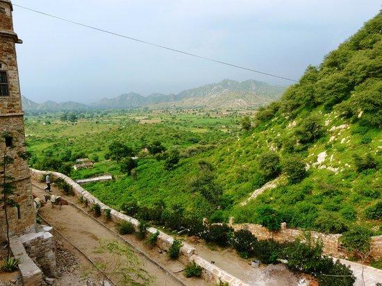 Dadhikar Fort : Hills