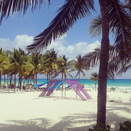 Hotel Riu Palace Riviera Maya: Riu's beach view