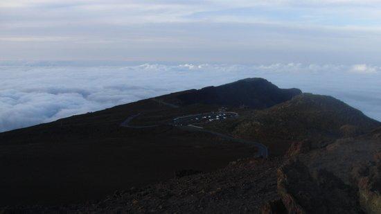 Haleakala Crater: 頂上からビジターセンターを眺める