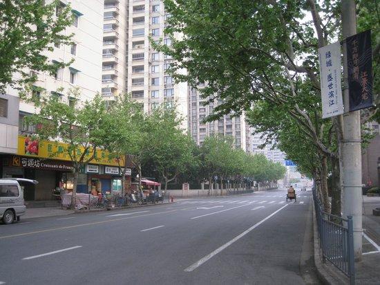 Jinjiang Inn (Shanghai Luwan Liyuan): ホテルの隣の露天食堂 チキン(13元)がうまかった