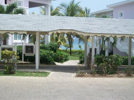 Grand Palladium Lady Hamilton Resort & Spa: passage vers la mer