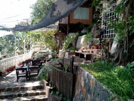 Luljetta's Hanging Gardens and Spa: garden area