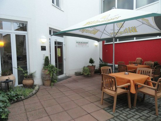 Bitburger Hof: terras achteraan hotel