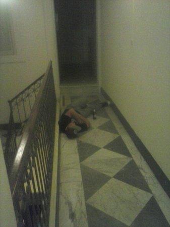 Aurora Hotel - B&B Airone: gente ubriaca che dorme nel corridoio