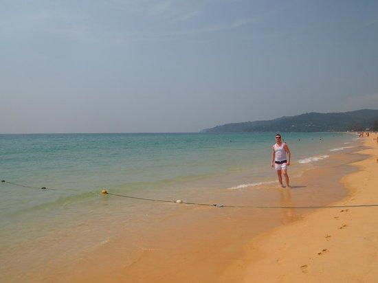 Karon Beach: длинный пляж,народу не много