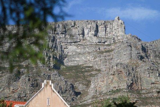 Lezard Bleu: Blick vom Pool auf den Tafelberg
