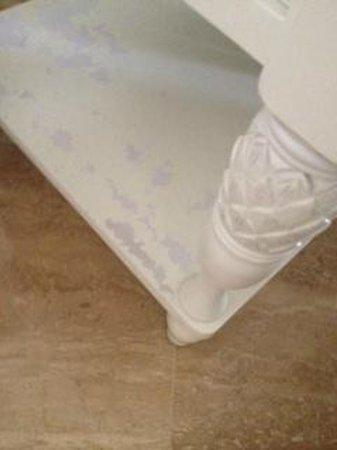 Casa del Mar Beach Resort: Peeling paint on end tables