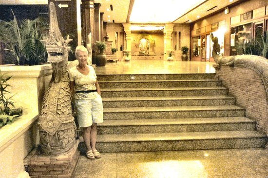 Chiang Mai Plaza Hotel: Staircase leading to the annexe