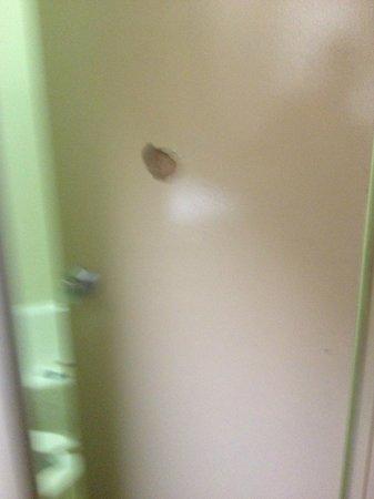 Motel 6 Charlotte NC Airport: Bathroom Door