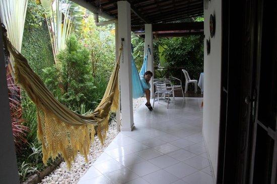 Casa Luzena Guest House: Área da pousada. Lindas plantar e árvores