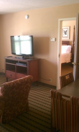 Homewood Suites Pensacola-Arpt (Cordova Mall Area) : Living room with view of master bedroom