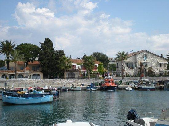 La Locandiera: Lilla båthamnen utanför..Pensionatet är stora stenvillan till höger på bilden!