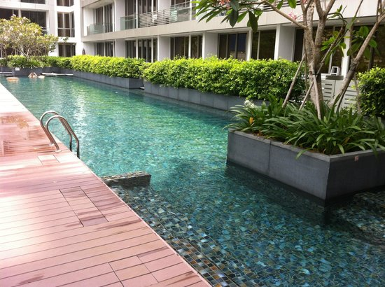 Dorsett Singapore: Nice pool with some sun beds at the side