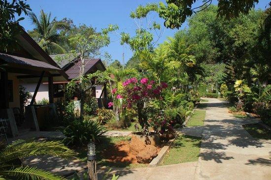 Noppharat Resort: Les bungalows, dans le jardin