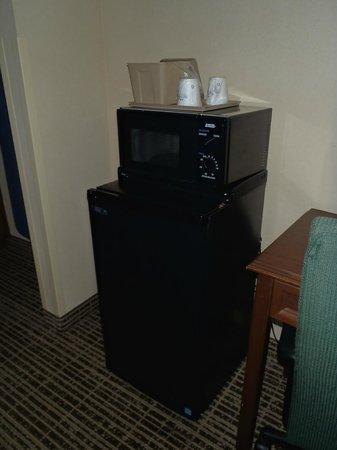Baymont Inn & Suites Valdosta at Valdosta Mall : Fridge & Microwave inside our room....