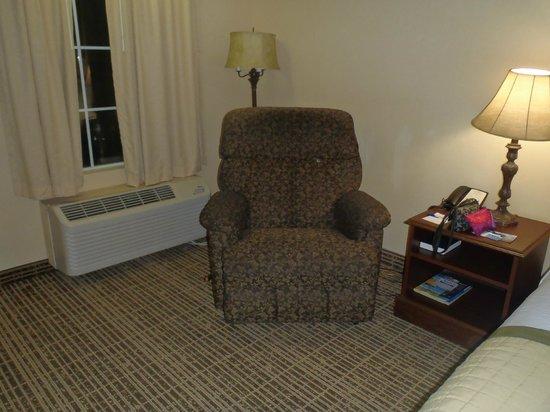Baymont Inn & Suites Valdosta at Valdosta Mall : Recliner inside our room....