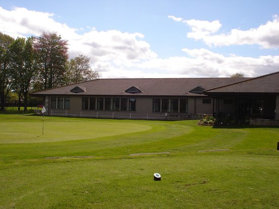Huntly, UK: Clubhose and 18th green