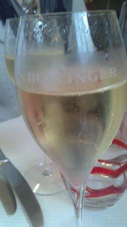 le belisaire : une coupe d'un tres bon champagne