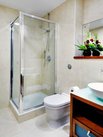 Cheval Harrington Court: Bathroom