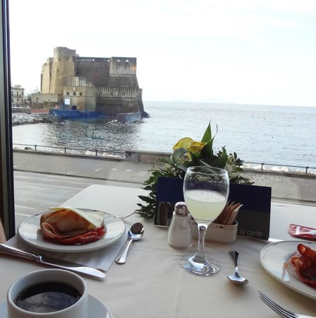 Royal Continental Hotel : breakfast with a view