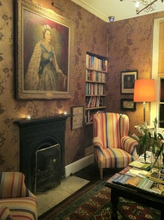 Royal Harbour Hotel: lovely reading room on the ground floor with honesty bar