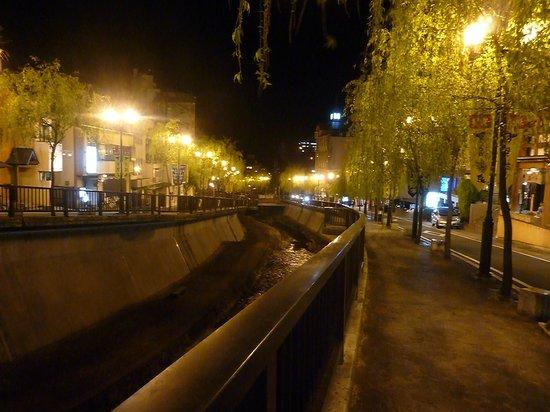 Gero Onsen: 夜は街灯のあかりが風情あります