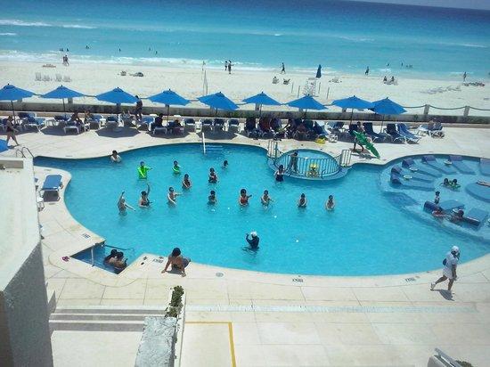 Occidental Costa Cancun: yeremy en airobicos en piscina