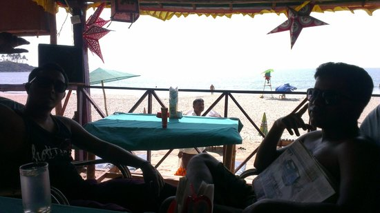 Agonda Beach: Sitting in the shade, loving the sunshine on the blue water