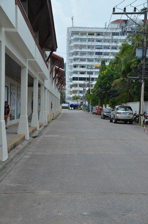 Deevana Patong Resort & Spa: Laneway to hotel