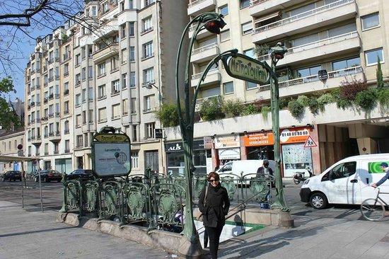Auberge Flora : Closest metro station