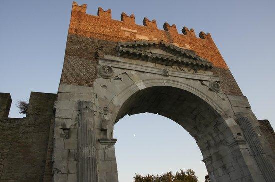 Arco d'Augusto : Арка Августа, вечер