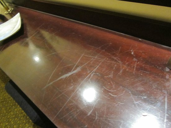 Cinnamon Lakeside Colombo: Dirty and scratched tables